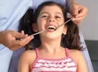 Родители не знают, когда их ребенку пора лечить зубы