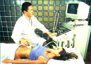Врач делает УЗИ-обследование пациентки с гастритом