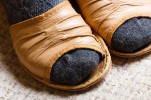 Почему у пожилых людей так часто встречаются безобразные ногти на ногах?