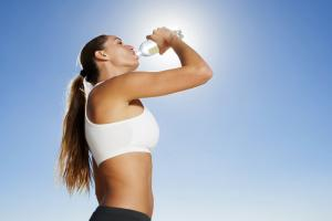 Какие напитки помогут вам избавиться от жажды в жару?