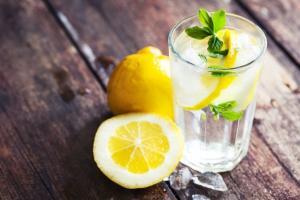 Стакан воды поможет одолеть неприятный запах изо рта