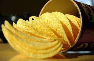Наука объясняет, почему вы не можете остановиться, когда едите чипсы