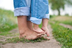 Почему ходьба босиком полезна вашим детям?