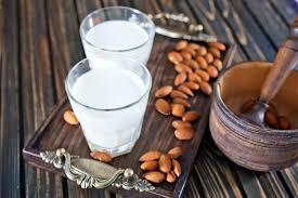 6 фактов, которые нужно знать, прежде чем снова покупать миндальное молоко