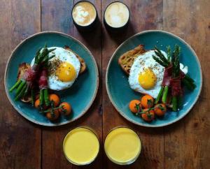 Какой же завтрак полезнее для вас – плотный или легкий?