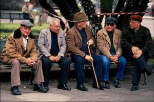 Одиночество может быть смертельно опасным для пожилых людей. Противоядие? Друзья!