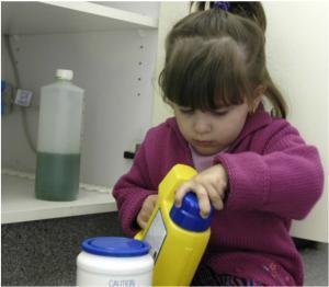 Ребенок выпил чистящее средство, что делать?