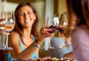 Всего один бокал вина в день поднимает ваш риск развития рака груди