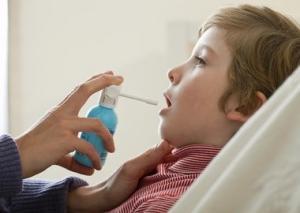 Орошение горла при герпетической ангине у ребенка