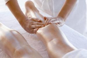 Допустим ли массаж ног при варикозе и как его делать?