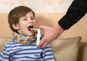 Методы лечения больного горла у грудничков, детей постарше и подростков